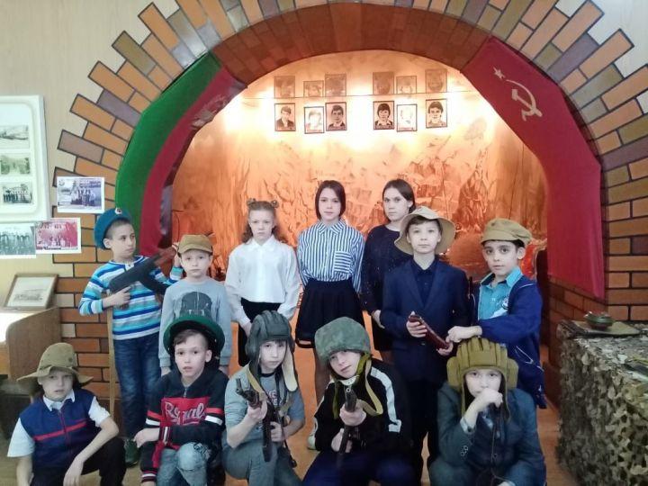 Дети из бугульминского социального приюта «Ялкын» посетили музей боевой славы на территории военкомата
